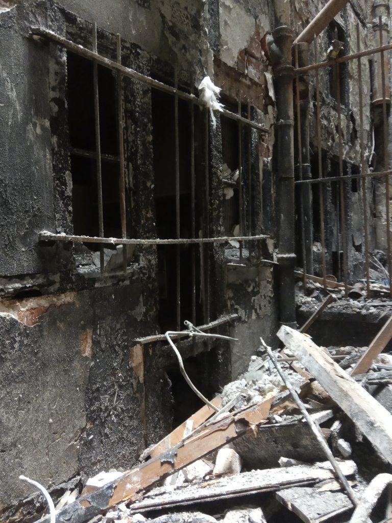 Les dégâts causés sur les murs montrent la violence de l'incendie...