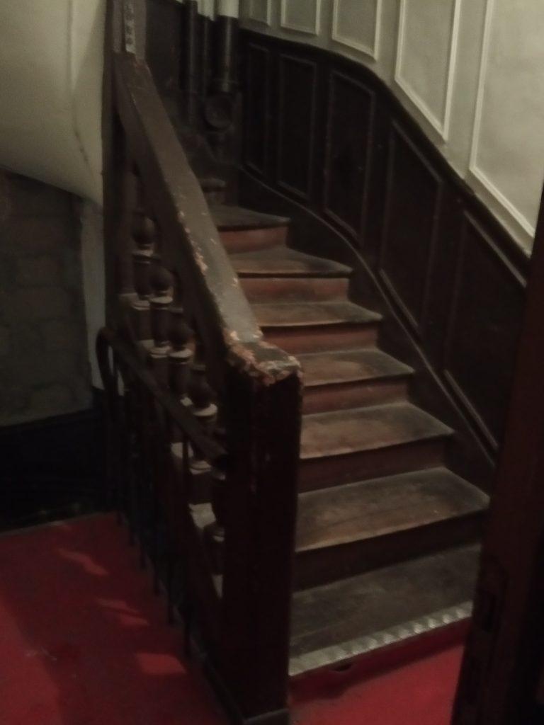 Le très vieil escalier est tout en bois !