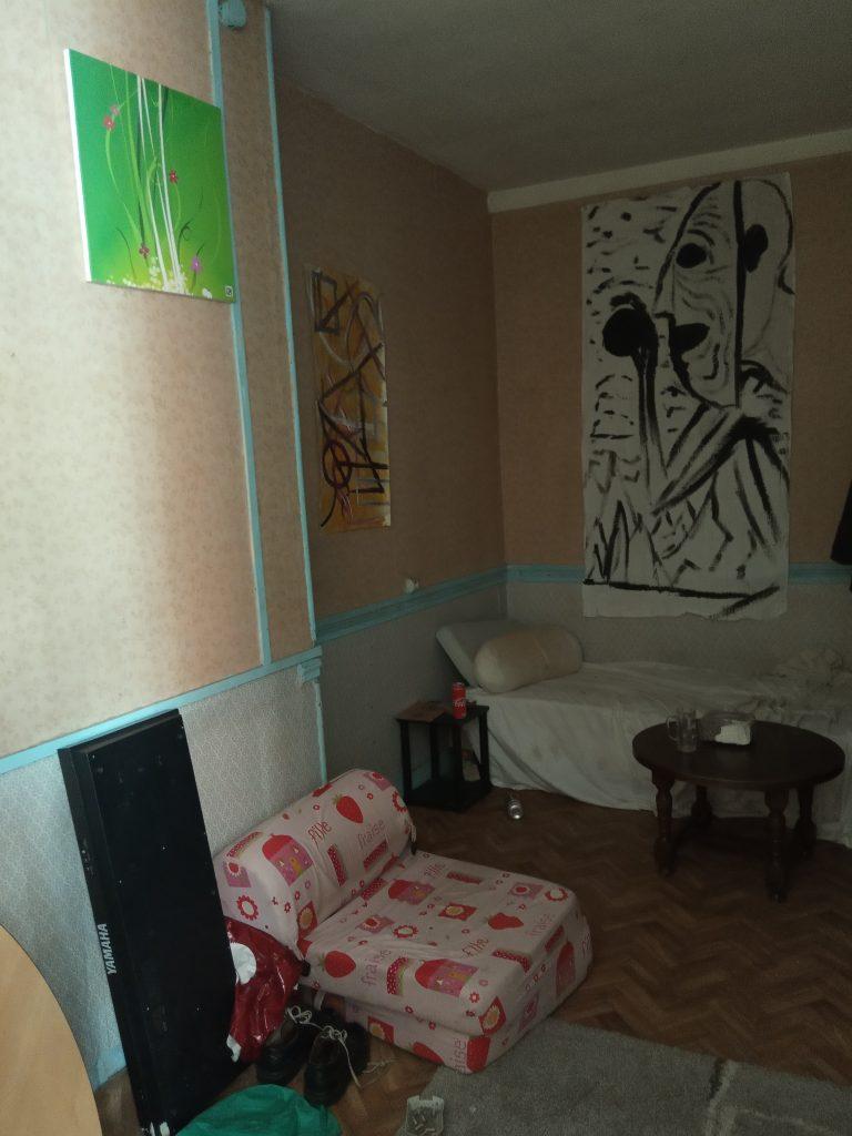 Une chambre meublée par unrésident